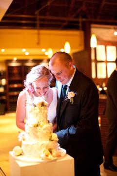 Hochzeitstorte-anschneiden