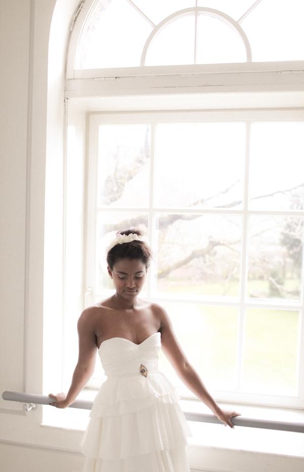 Kleid mit Brosche -vorne