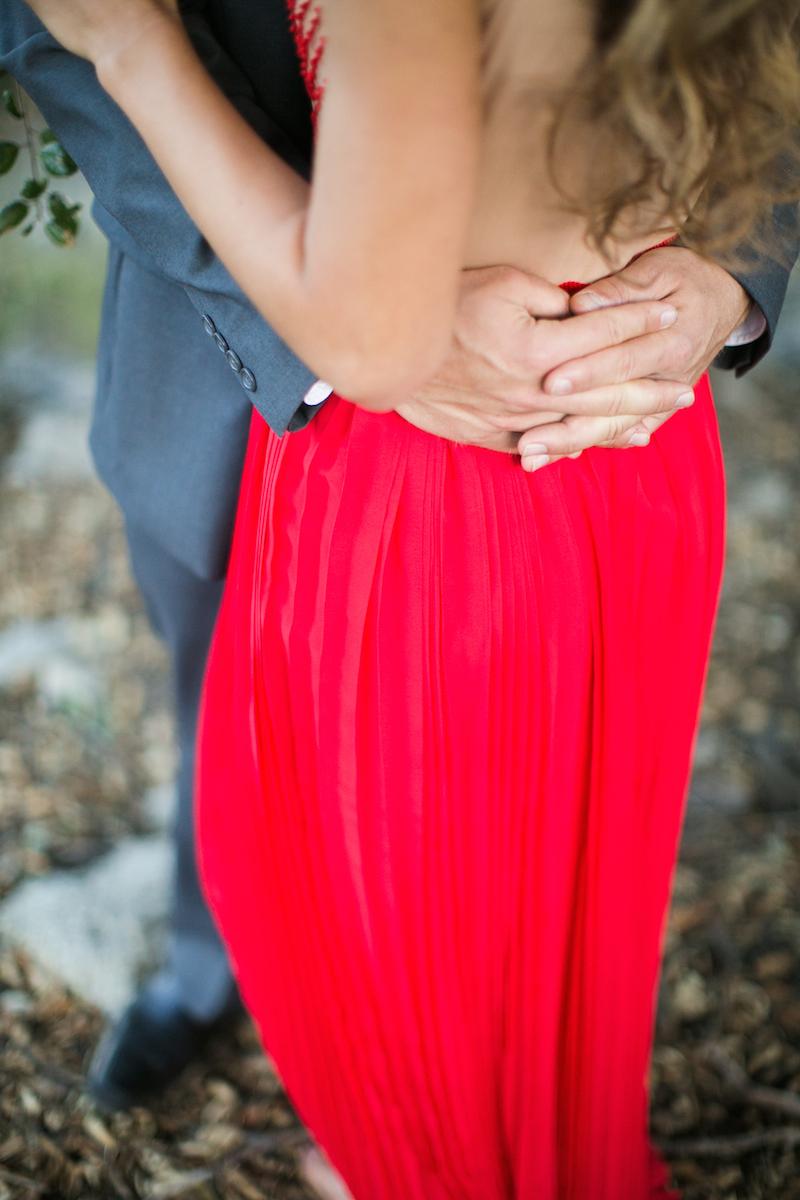Romantisches Verlobungsshooting Im Roten Kleid