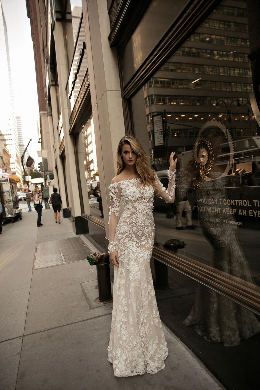 Modernes Brautkleid mit Spitzenbesatz und langen Ärmeln von Berta Bridal Kollektion 2017