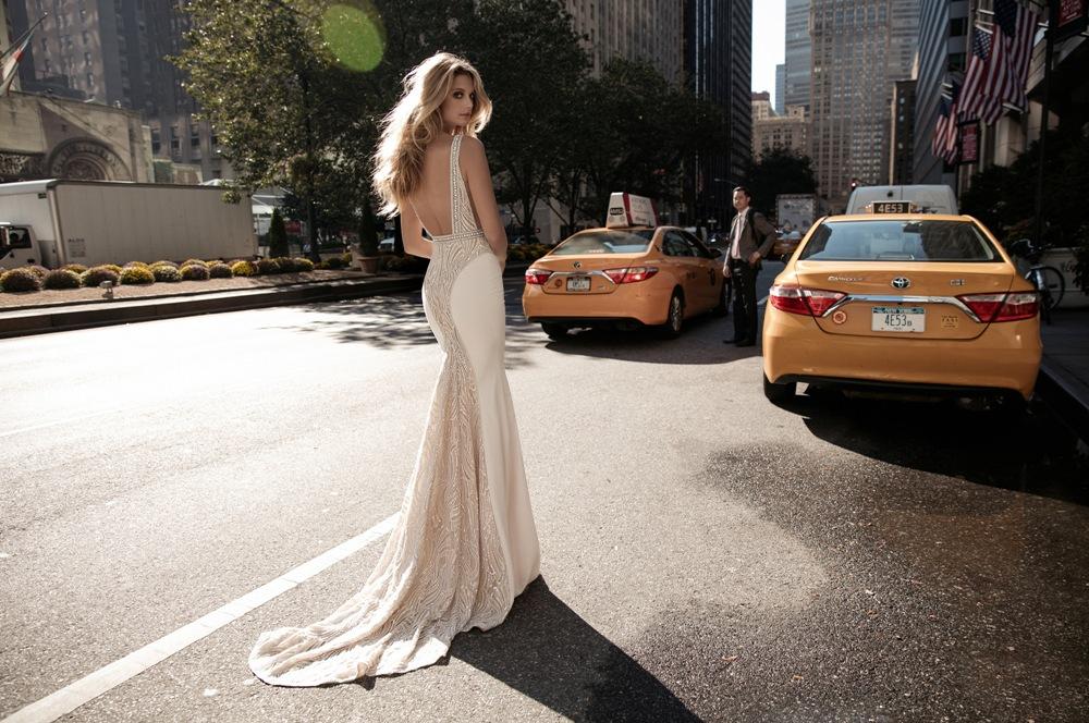Bezauberndes Brautkleid in off-white mit langer Schleppe und Perlenapplikation von Berta Bridal Kollektion 2017