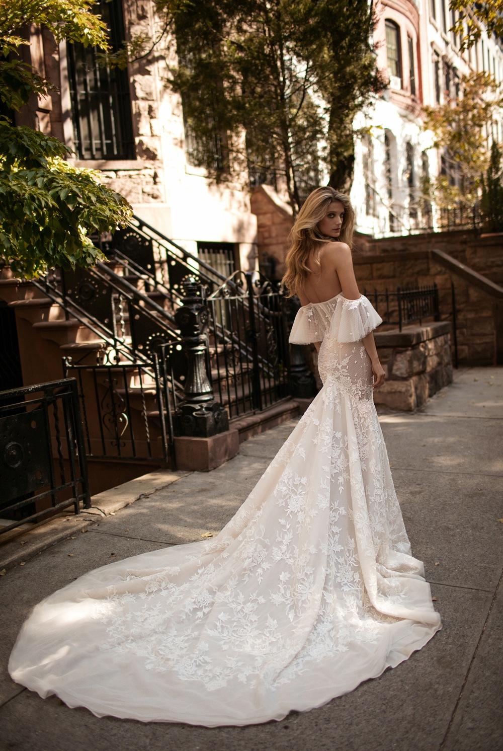 Verführerisches Brautkleid mit betonter Korsage und weiten Spitzenärmeln von Berta Bridal Kollektion 2017