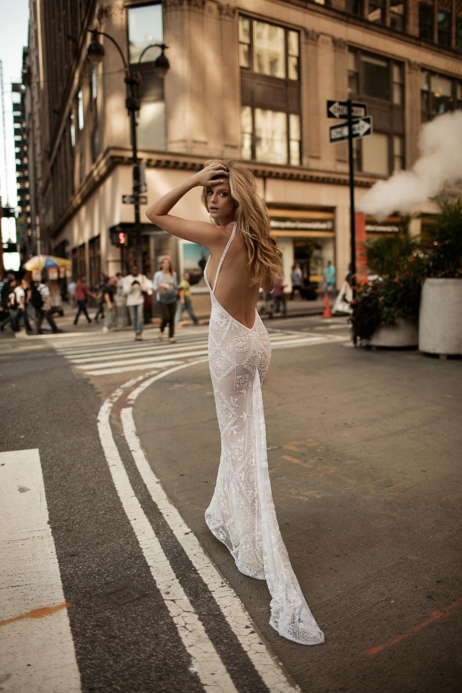 Brautkleid mit tiefem Rückenausschnitt und enganliegendem Rock von Berta Bridal Kollektion 2017