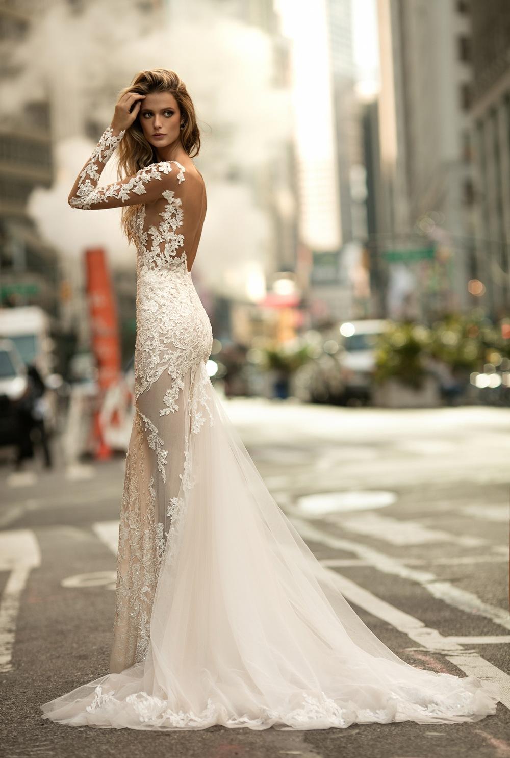 Sexy Brautkleid von Berta Bridal Kollektion 2017 mit Spitzenärmeln und langem Rock
