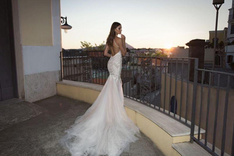 Julie Vino Fall 2017 Kollektion enges Brautkleid