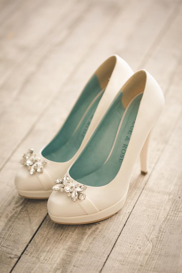 weiße Brautschuhe mit Strassapplikationfür den perfekten Greenery Trend fotografiert von Fotografa Matriminio