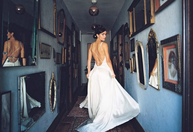 Bodenlanges, fließendes Brautkleid von Rebecca Schoneveld aus der Spring 2017 Kollektion auf dem Hochzeitsblog Brautsalat