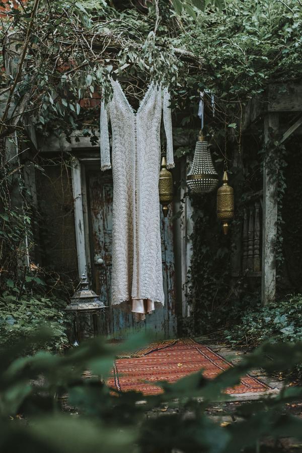 Boho Hochzeitskleid mit Spitzenapplikationen im Blumenmuster für die Braut auf der Hochzeit im Orient-Trend auf Brautsalat