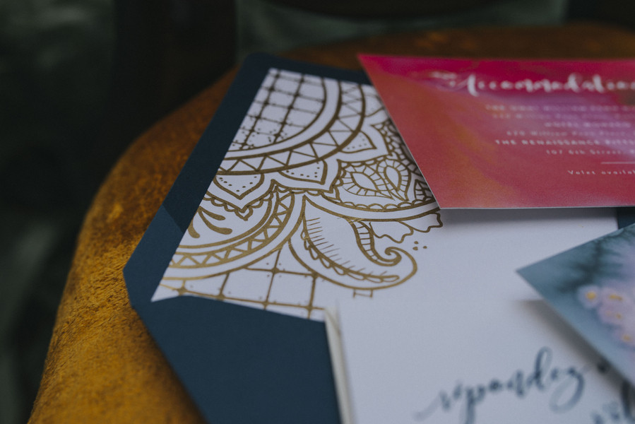 rote und blaue Hochzeitspapeterie für die Hochzeit im Orient.-Trend auf Brautsalat