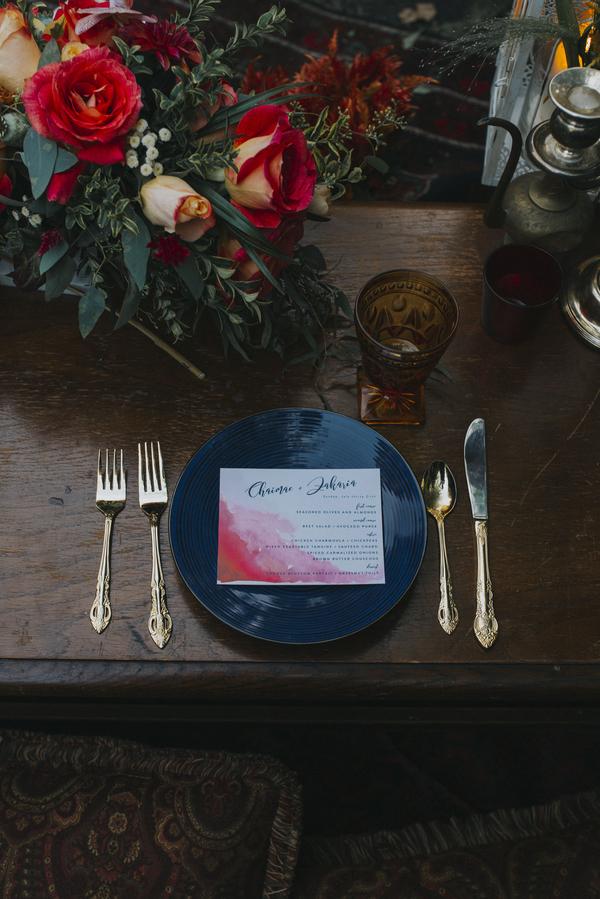 Papeterie und Blumengestecke für die Hochzeit im Orient-Trend auf Brautsalat