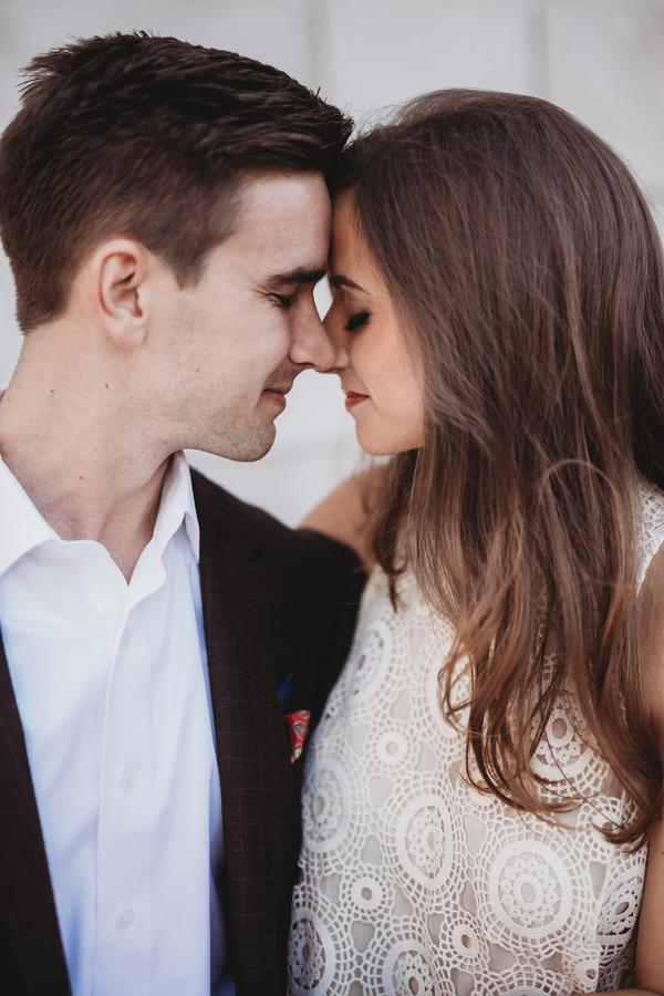 Edler und Glamouröser Stil beim Verlobungsshooting in der Stadt auf dem Hochzeitsblog Brautsalat