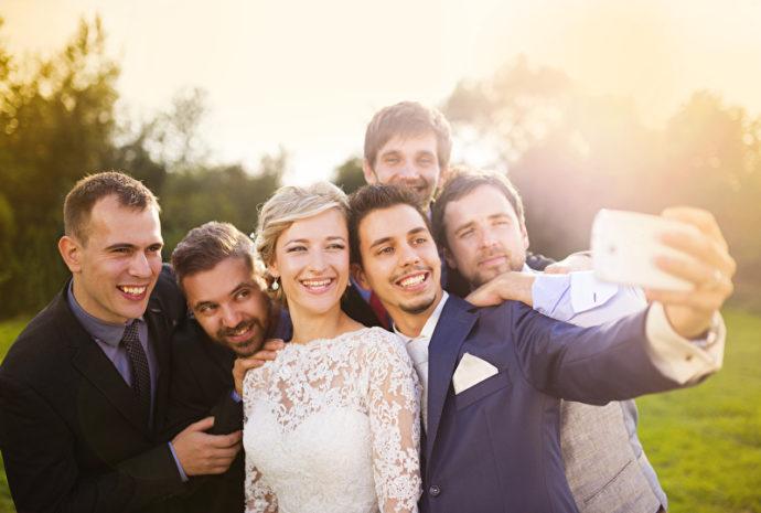 Abendliches Selfie an der Hochzeit | © PantherMedia /halfpoint
