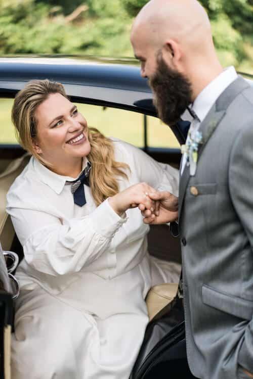 Aus dem Auto steigen |Hochzeitsfotograf Marcel Helfert