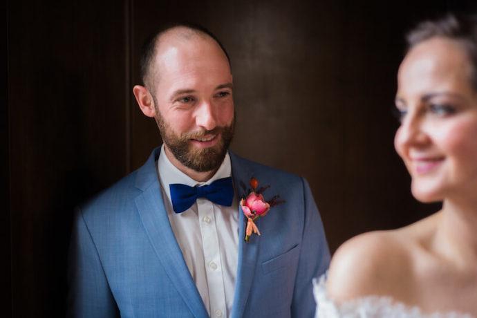 Bräutigam schaut seine Braut an | Mannikus Made – Annika Meissner