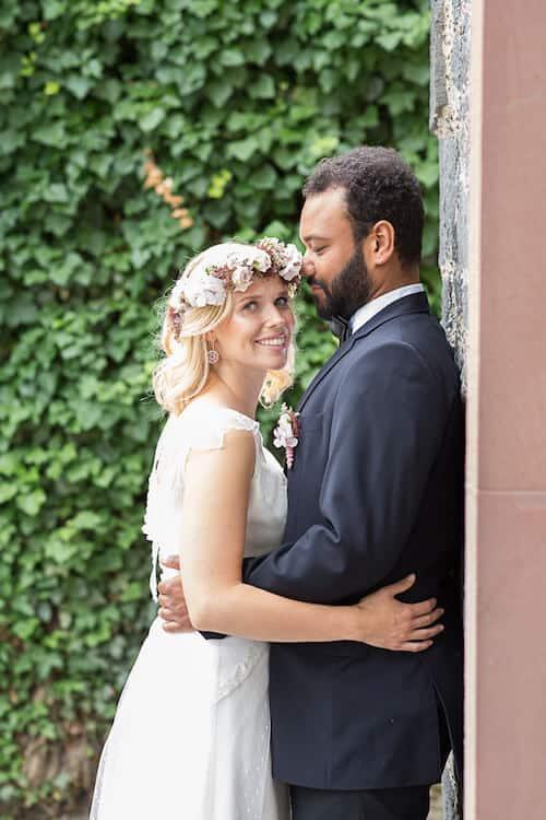 Bräutigam schaut seine Frau verliebt an | Sandra Seibt Fotografie