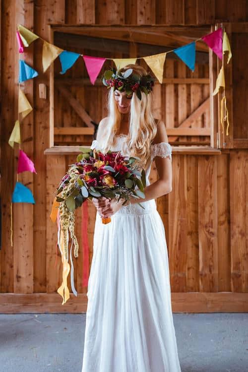 Braut blickt auf Blumenstrauß   Deinz-Fotografie by Deniz Pekdemir
