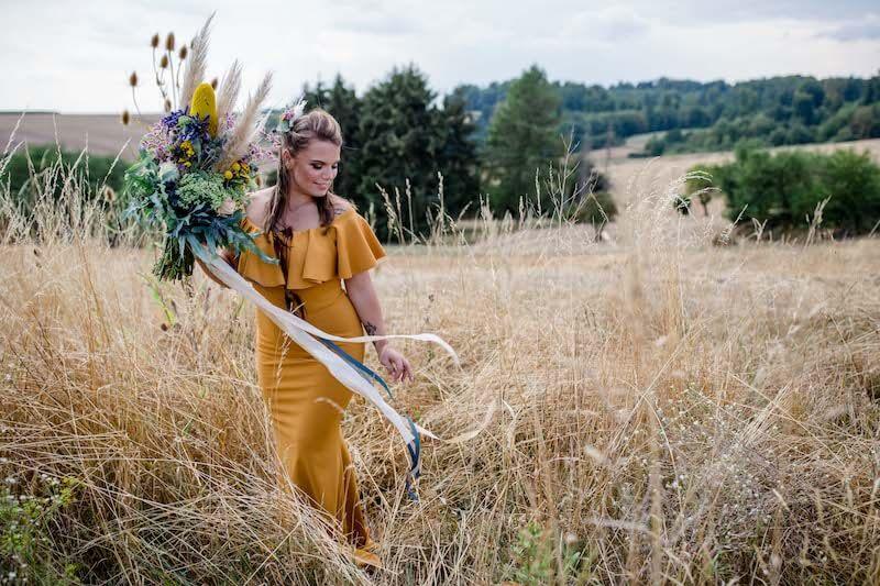 Braut in senfgelbem Kleid | Franziska Finger Hochzeitsfotografie