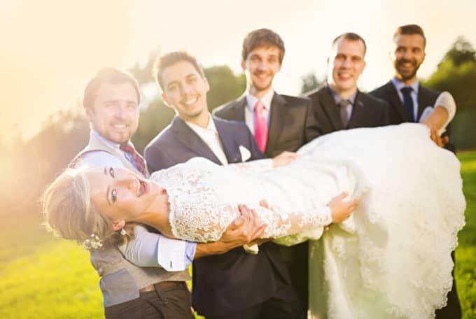 Braut wird hochgehoben | © panthermedia.net /halfpoint