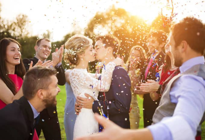 Brautpaar feiert mit Freunden | © panthermedia.net /halfpoint