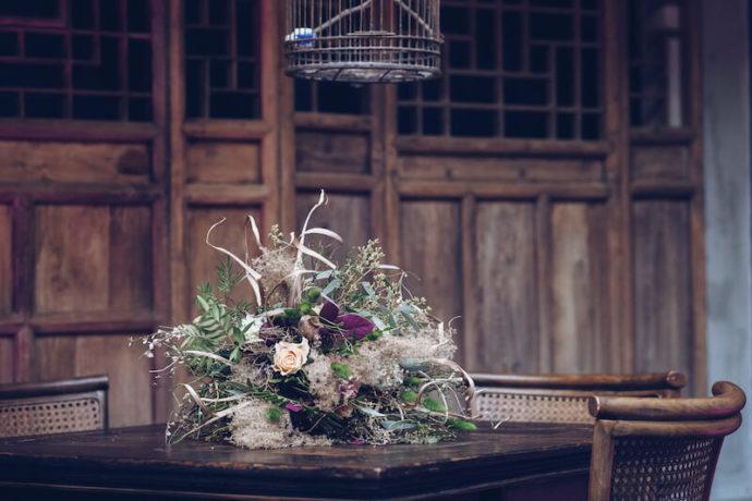 Brautstrauß auf Holztisch | Jennifer Spurk Fotografie