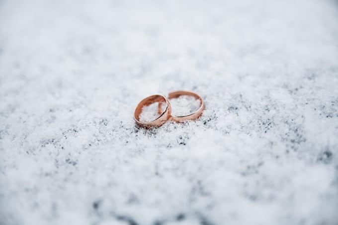 Eheringe im Schnee | © panthermedia.net /Sergiy Artsaba