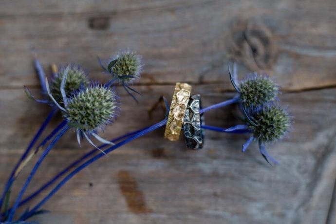 Eheringe mit Blume | Franziska Finger Hochzeitsfotografie