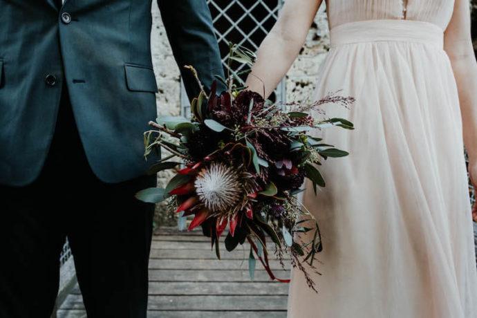 Gemeinsam den Brautstrauß halten | Marcus Frenz Fotografie