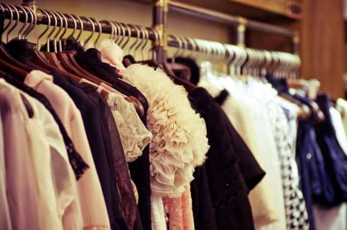 Kleidungsstücke auf einer Kleiderstange | © panthermedia.net /Forewer