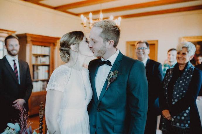 Kuss während der Trauung | Marcus Frenz Fotografie