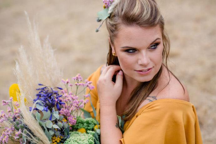 Model auf Feld Nahaufnahme | Franziska Finger Hochzeitsfotografie