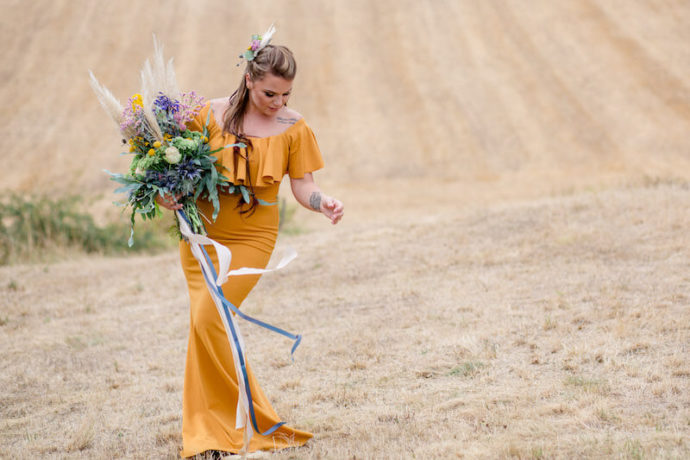 Model auf Feld Vollbild | Franziska Finger Hochzeitsfotografie