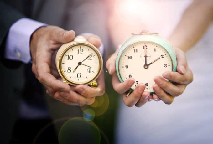 Paar hält Uhren | © panthermedia.net /halfpoint
