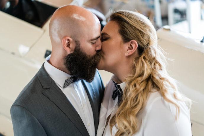 Paar küsst sich |Hochzeitsfotograf Marcel Helfert