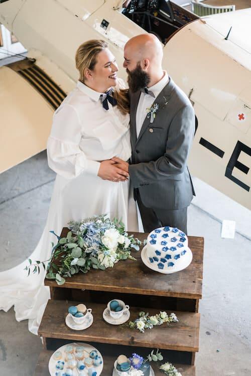 Vor einem Segelflieger | Hochzeitsfotograf Marcel Helfert