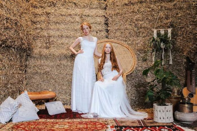 Zwillinge vor Heuballen | Deniz Pekdemir (Fotografin)